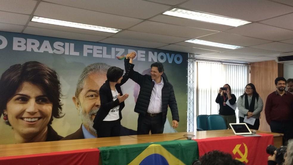 Manuela D'Ávila e Fernando Haddad em coletiva nesta terça (7) (Foto: Paula Paiva Paulo/G1 )