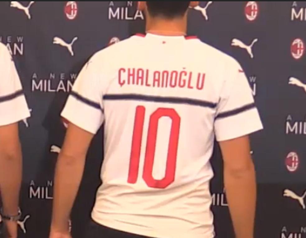 """Calhanoglu era """"Chalanoglu"""" na nova camisa do Milan (Foto: Reprodução)"""