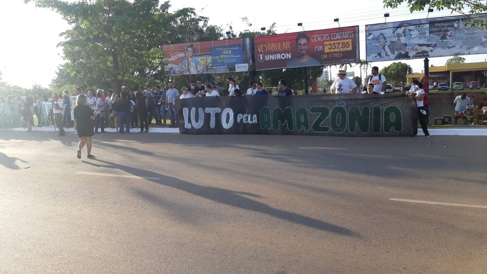 Manifestantes se reuniram durante o desfile cívico em protesto contra o desmatamento na Amazônia.  — Foto: Matheus Gama/CBN
