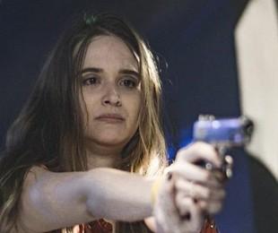 Na volta da novela, Luna (Juliana Paiva) conseguirá desarmar e renderá Dominique (Guilhermina Guinle) após ser ameaçada | TV Globo