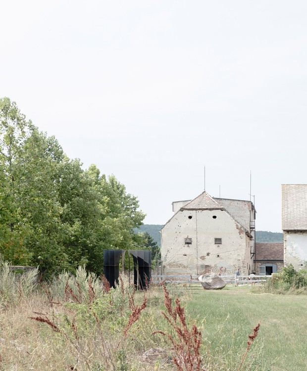 A grama alta e as casas antigas também integram a paisagem (Foto: Gergely Kenéz/ Reprdução)