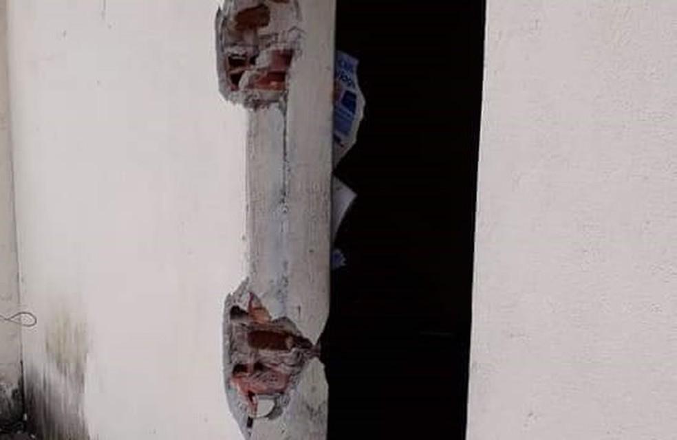 No último sábado, uma testemunha informou que o agente suspeito parou um caminhão em frente à cadeia, entrou no local e retirou as grades — Foto: Polícia Militar