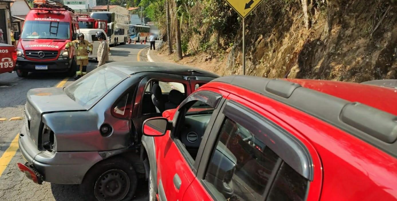 Acidente entre dois carros e uma kombi deixa feridos em Barra Mansa