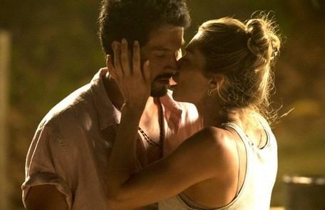 Na quarta-feira (30), Marcos (Romulo Estrela) e Paloma (Grazi Massafera) vão ao Pão de Açúcar e se beijam TV Globo