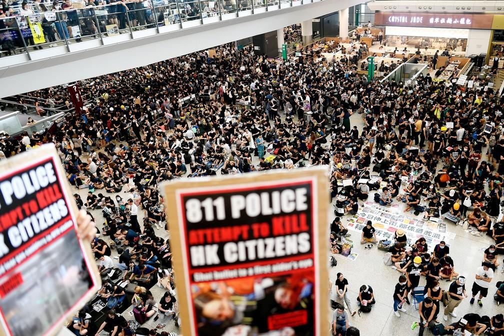Manifestantes pró-democracia ocupam Aeroporto Internacional de Hong Kong nesta segunda-feira (12)   — Foto: Manan Vatsyayana / AFP