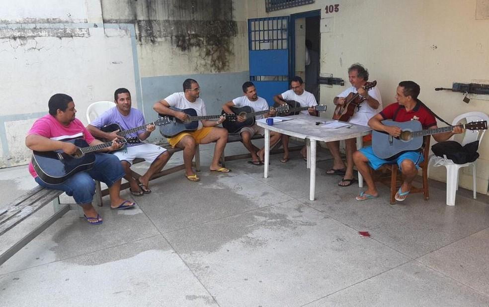 Dentre as atividades, presos recebem aulas de violão — Foto: Divulgação/Iapen