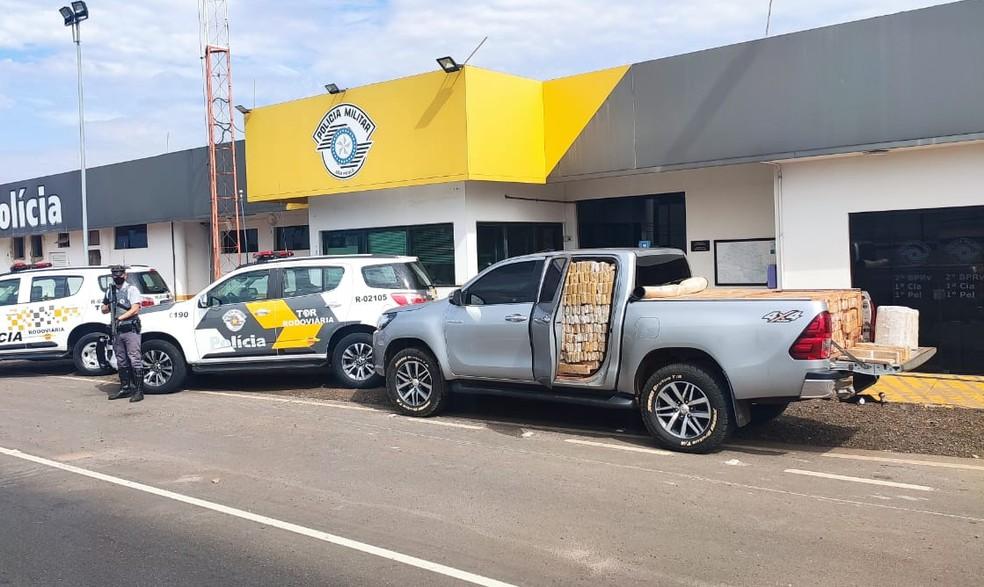 Homem em caminhonete lotada de maconha é preso por tráfico em Bauru — Foto: Polícia Rodoviária/Divulgação