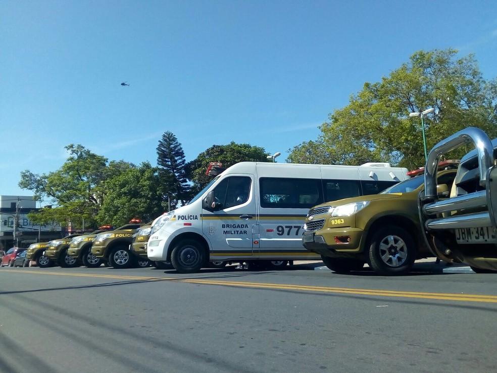 Viaturas e caminhão que faz o monitoramento de câmeras também chegaram a Gravataí (Foto: Renato Soder/RBS TV)