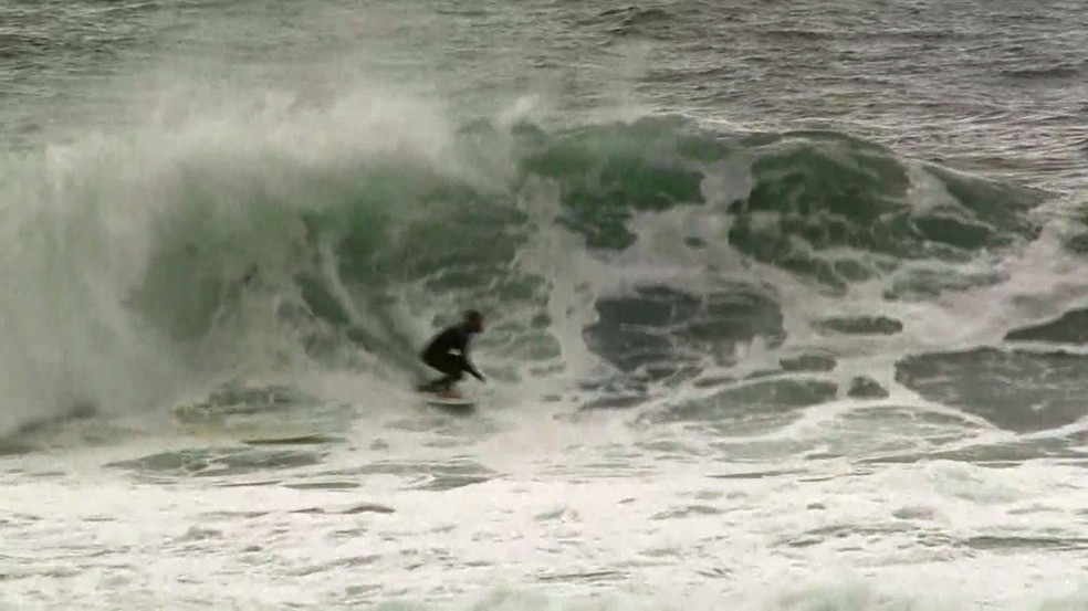 Resscada: Arpoador concentrou surfistas em busca de ondas grandes (Foto: Andressa Gonçalves/Reprodução/G1)