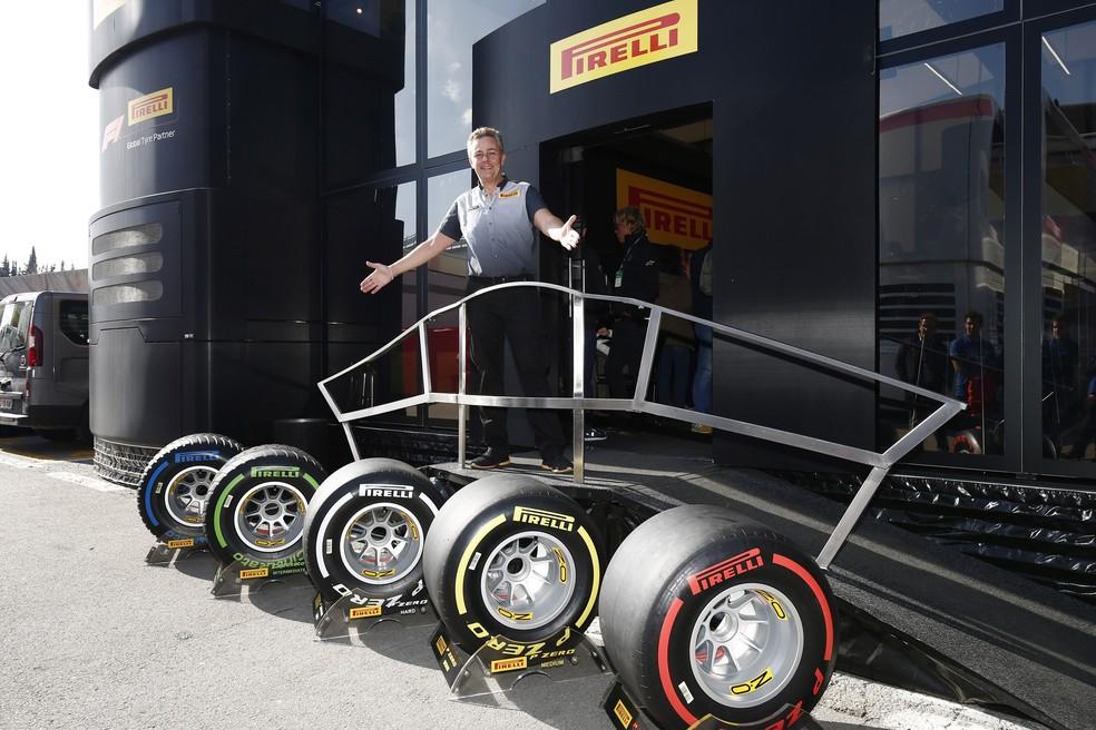 Mario Isola posa com os compostos de 2019 no motorhome da Pirelli — Foto: Divulgação/Pirelli