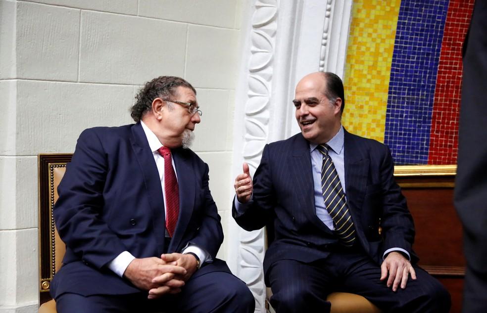 Em foto de agosto de 2017, o embaixador do Brasil na Venezuela, Ruy Pereira, conversa com Julio Borges, então presidente da Assembeia Nacional, o parlamento dissolvido pela Assembleia Constituinte (Foto: REUTERS/Carlos Garcia Rawlins)