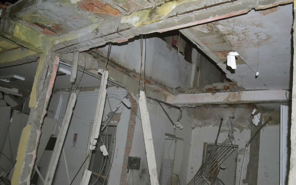 Teto da agência bancária ficou destruído (Foto: Berimbau Notícias)