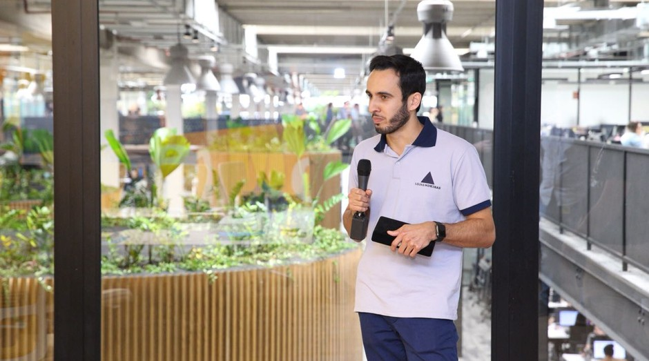 Raul, da Lojas Mineiras, se apresenta ao jurado do Mercado Livre (Foto: Divulgação)