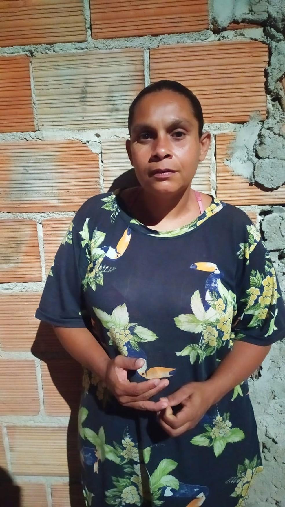 Fernanda Moreira da Silva, de 37 anos, tem oito filhos e vive em casa de um cômodo — Foto: André Cavaleiro/Arquivo pessoal