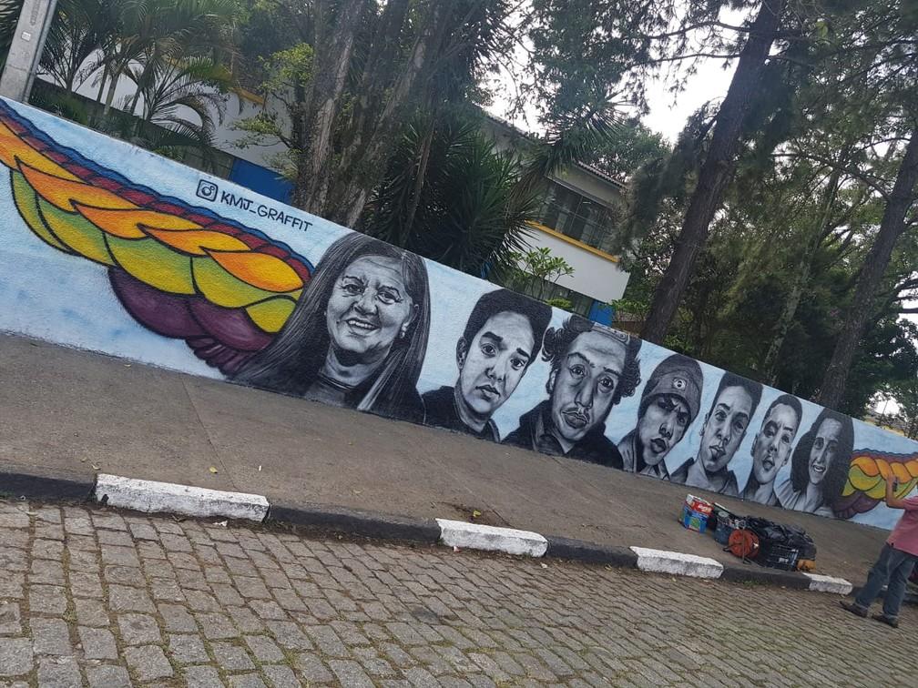 Artista plástico Francisco Kleison finalizou grafite no muro da Raul Brasil no mesmo dia - as sete vítimas mortas na escola foram retratadas — Foto: Francisco Kleison/Arquivo Pessoal