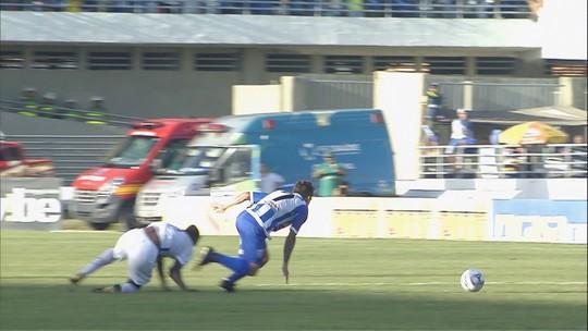 Igor Fernandes cai sobre o braço e sofre luxação no cotovelo durante CSA e Avaí; vídeo