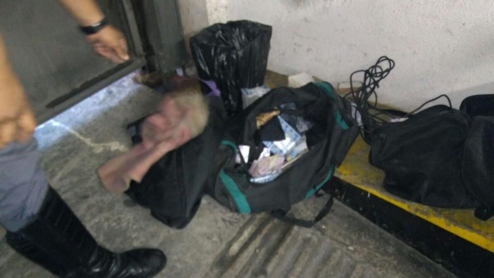 Máscara com aparência humana foi deixada na agência (Foto: G1 )