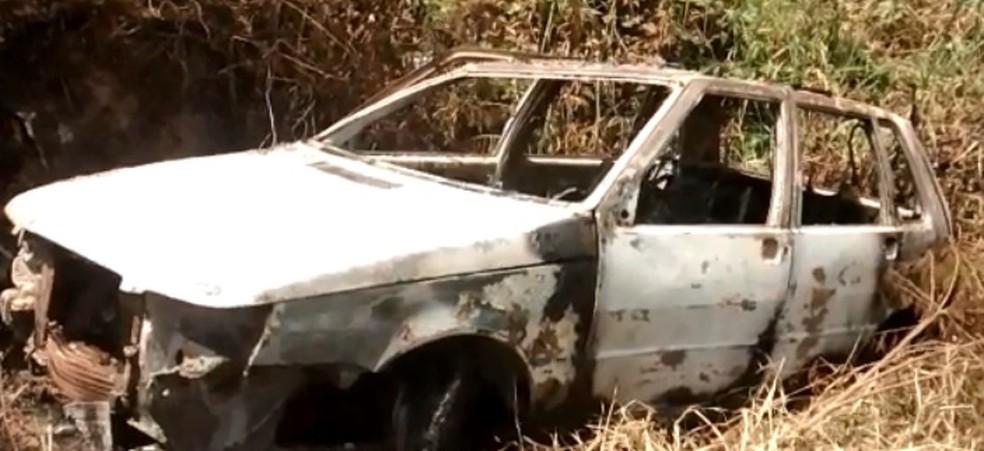 Carro destruído foi localizado em uma área de difícil acesso, em Paudalho, na Zona da Mata Norte de Pernambuco (Foto: Reprodução/WhattsApp)