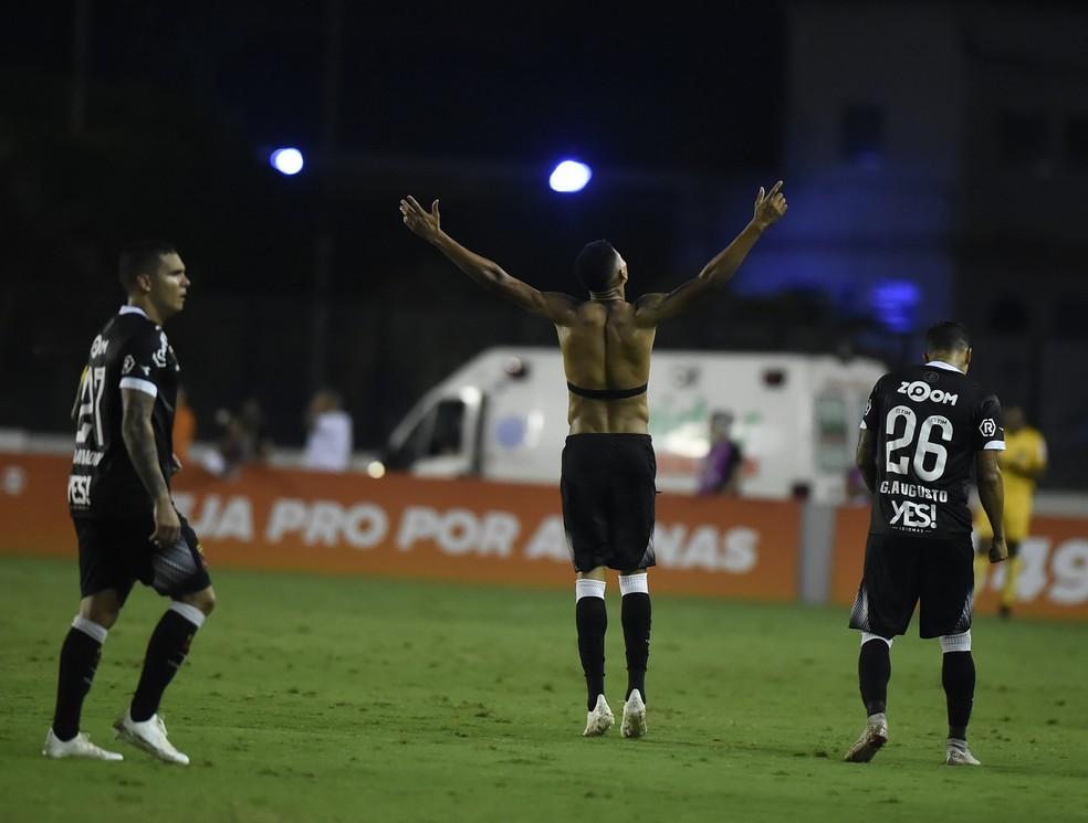 Marrony comemora o gol em casa, o primeiro como profissional justamente na estreia em São Januário — Foto: André Durão / GloboEsporte.com