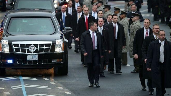 Agentes protegem veículo presidencial de várias formas (Foto: Getty Images via BBC News Brasil)