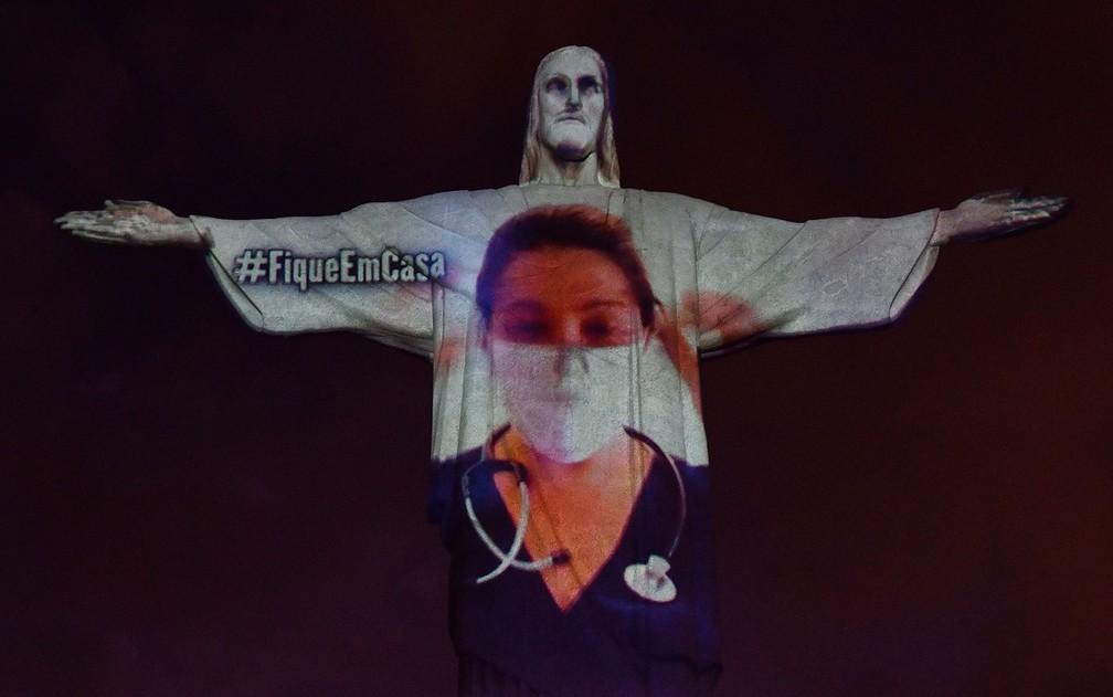 Projeção no Cristo Redentor homenageia médicos e enfermeiros e pede que população fique em casa — Foto: Alexandre Brum/Enquadrar/Estadão Conteúdo