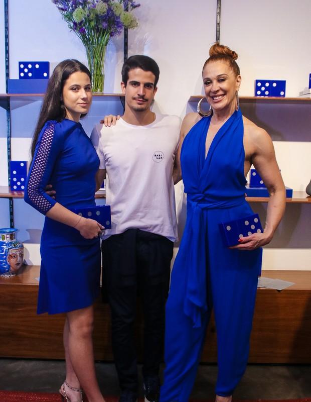 Sophia e Enzo Celulari com a mãe, Claudia Raia (Foto: AgNews/Thiago Duran)