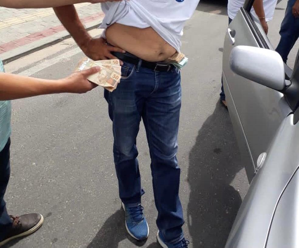 Dinheiro foi encontrado nas calças de apoiadores de Naumi Amorim, prefeito de Caucaia candidato à reeleição — Foto: Reprodução