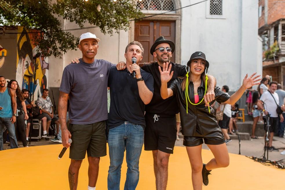 Pharrell Willians, Luciano Huck, JR e Anitta no Morro da Providência — Foto: Fabiano Battaglin/Gshow