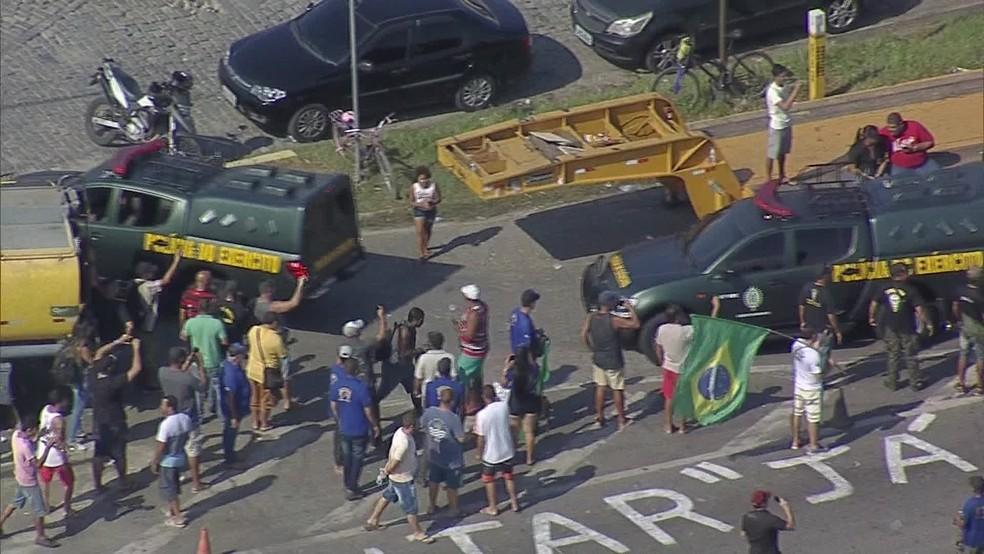 Viaturas da Polícia do Exército chegam na Reduc (Foto: Reprodução / Tv Globo)