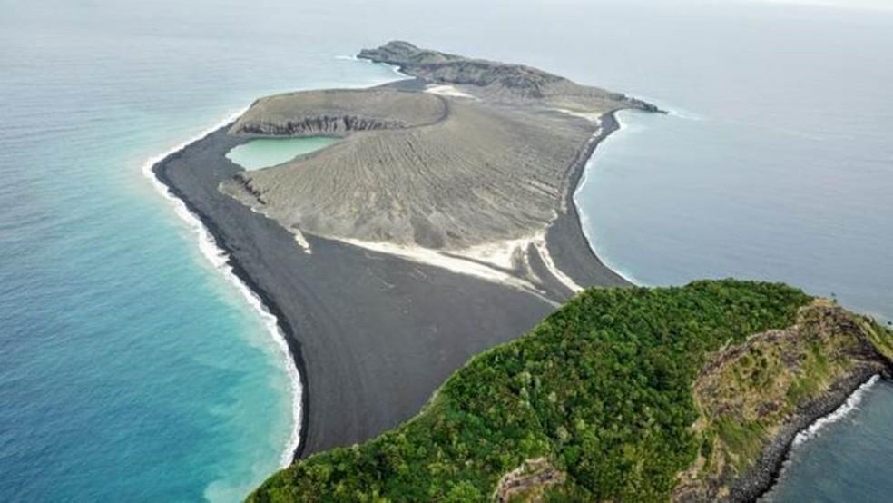 A nova ilha, no centro da imagem, surgiu de uma erupção vulcânica em 2015 — Foto: Woods Hole