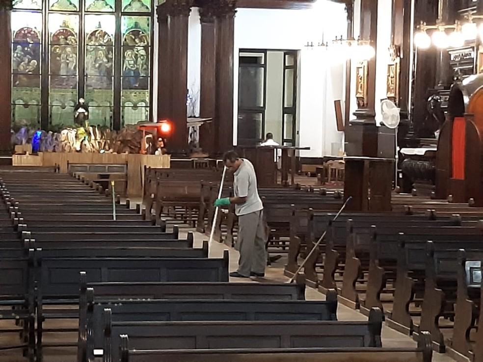 Funcionários iniciam limpeza da Catedral de Campinas após limpeza com cinco mortes — Foto: Daniel Mafra/EPTV