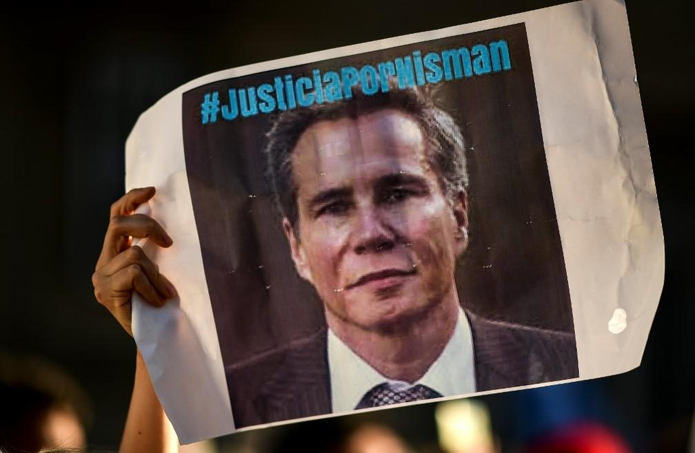 Manifestante ergue em Buenos Aires neste sábado (18) cartaz que pede 'Justiça por [Alberto] Nisman', morto em 2015 — Foto: Ronaldo Schemidt/AFP