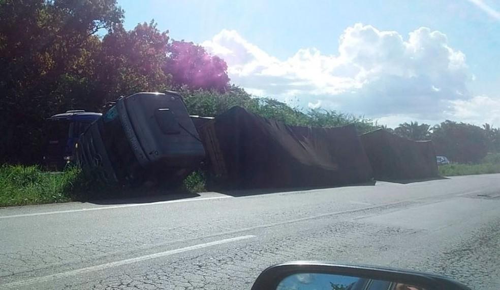 Carreta tomba na BR-135, e motorista alega que buracos na rodovia causaram acidente — Foto: PRF
