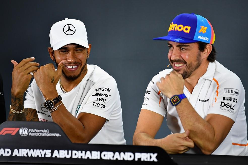 Hamilton e Alonso durante coletiva em Abu Dhabi — Foto: Getty Images