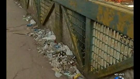Pedestres reclamam de lixo em passarela na rodovia BR-316