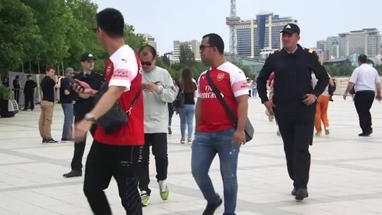 Torcedores do Arsenal com camisa do Mkhitaryan são abordados por policiais em Baku