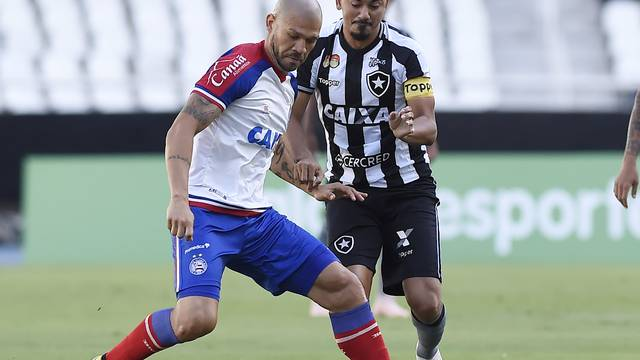 2e4af744f Nilton e Lindoso disputam a bola  capitão alvinegro terminou vaiado pela  torcida dentro de casa