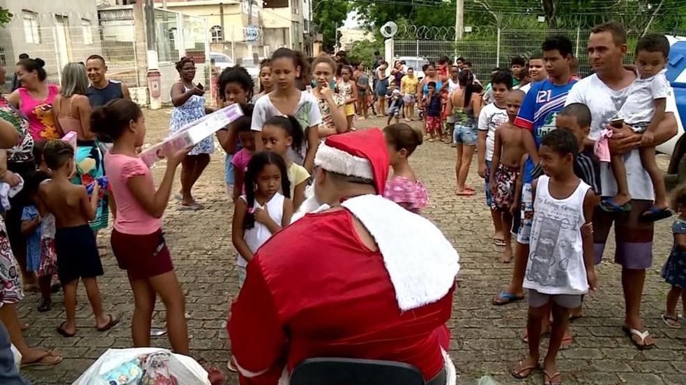 Papai Noel da PM distribui presentes em Bela Vista, Colatina — Foto: Reprodução/TV Gazeta
