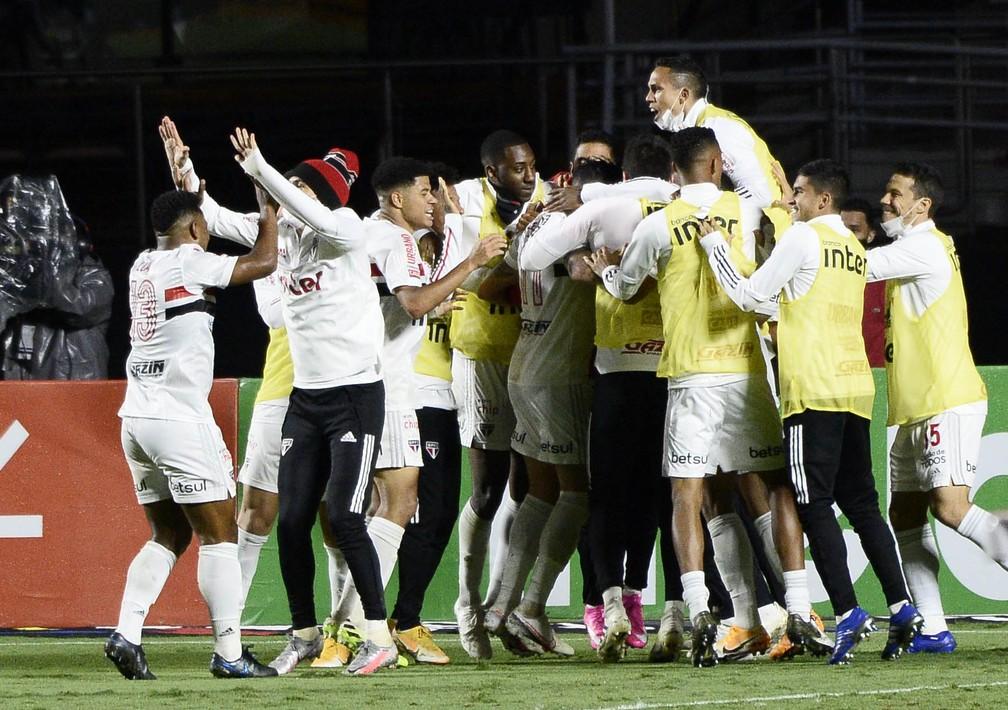 Jogadores do São Paulo comemoram gol contra o Flamengo. No segundo tempo, como virou costume... — Foto: Marcos Ribolli