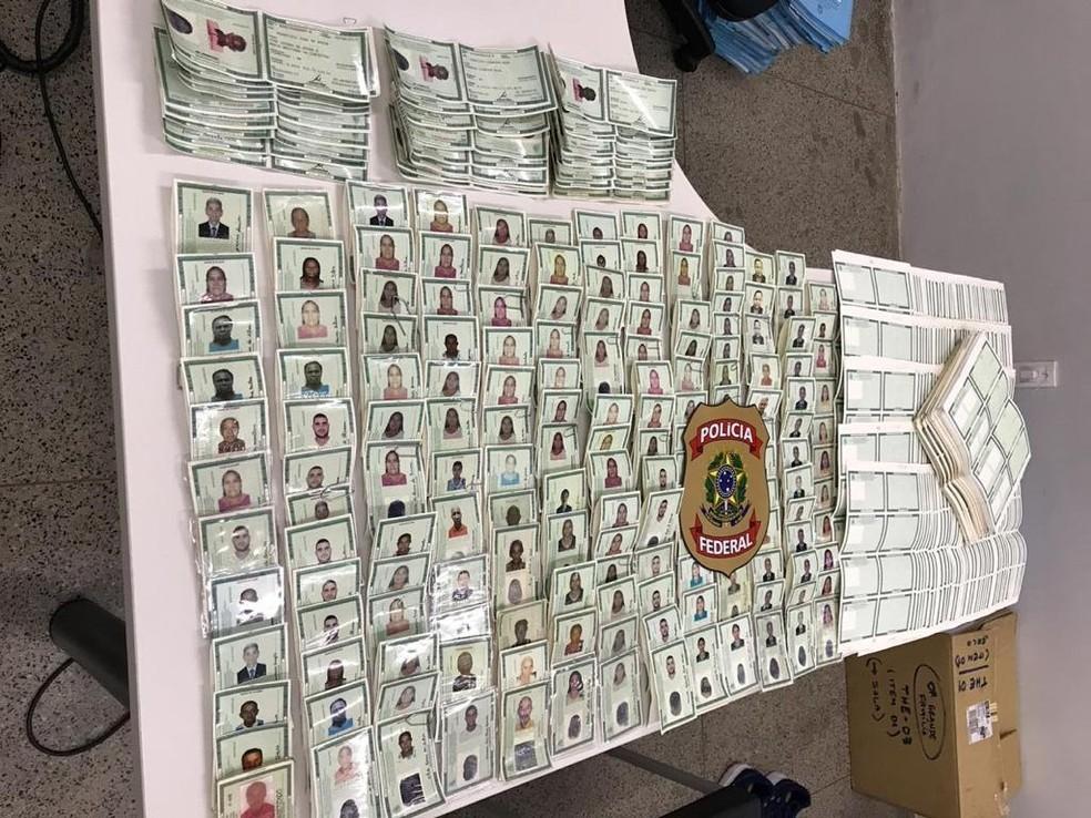 Operação apreendeu cédulas de RG em branco e documentos já falsificados em nome de falecidos — Foto: Divulgação/PF-PI