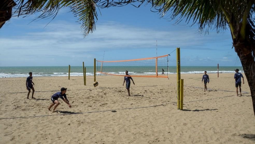 ae9669222189 ... Trabalho se desenvolve na praia de Boa Viagem — Foto: Luciano  Ferreira/PCR