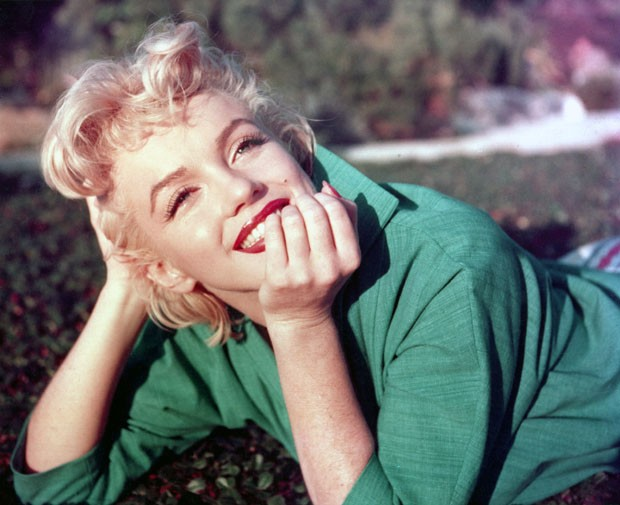 PALM SPRINGS, CA - 1954: Actress Marilyn Monroe poses for a portrait laying on the grass in 1954 in Palm Springs, California. (Photo by Baron/Getty Images) (Foto: Getty Images)