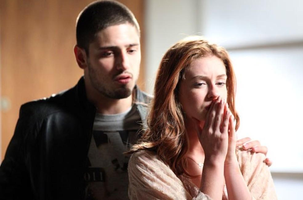 Maria Isis (Marina Ruy Barbosa) chora com João Lucas (Daniel Rocha) ao falar da briga que teve com José Alfredo (Alexandre Nero) - 'Império' — Foto: Camila Camacho/Globo