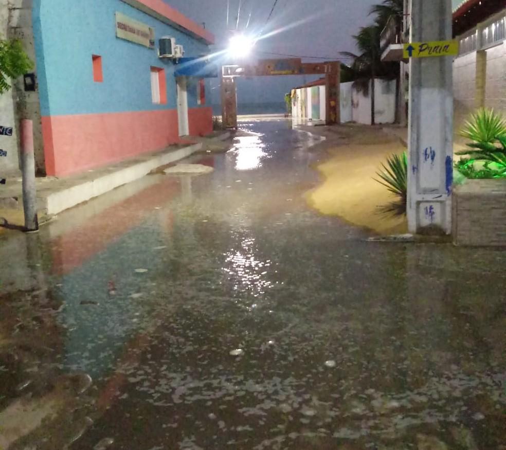 Água do mar ficou acumulada nas ruas de Galinhos, no RN — Foto: Redes sociais