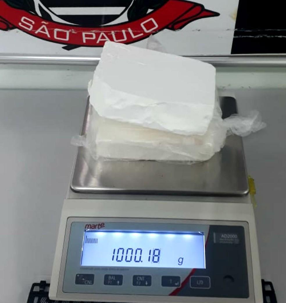 Os dois tijolos de cocaína apreendidos em Dois Córregos pesaram pouco mais de um quilo — Foto: Polícia Civil/Divulgação
