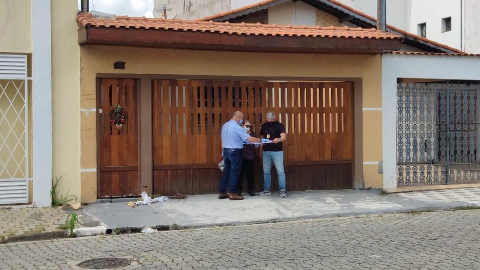Polícia realiza nova perícia na casa em que três crianças morreram após um incêndio em Poá — Foto: Cássio Andrade/TV Diário
