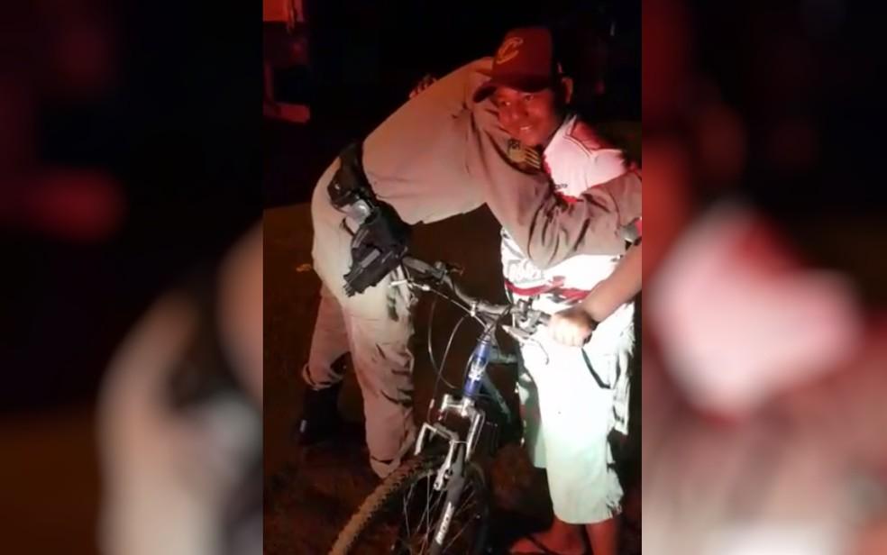 Polícia Militar dá nova bicicleta a Lucas que tinha uma sem um pneu e com outro furado — Foto: Reprodução/TV Anhanguera