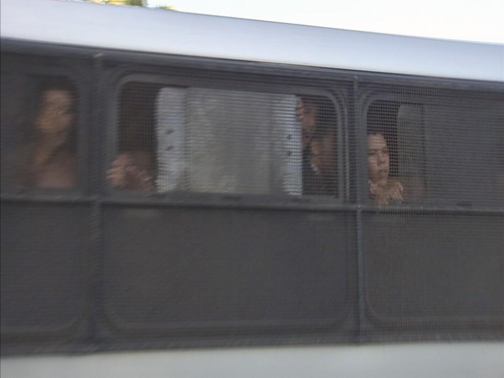 Ônibus conduziram presos após motim em delegacia de Fortaleza (Foto: TV Verdes Mares/Reprodução)