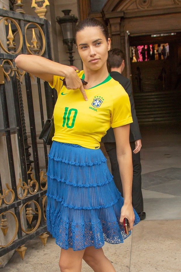 ** RIGHTS: ONLY UNITED STATES, BRAZIL, CANADA ** Paris, FRANCE  - Adriana Lima spotted leaving for home from the Schiaparelli AW18 show in a patriotic Brazil football shirt, in honor of the World Cup.Pictured: Adriana LimaBACKGRID USA 2 JULY 2018  (Foto: BACKGRID)