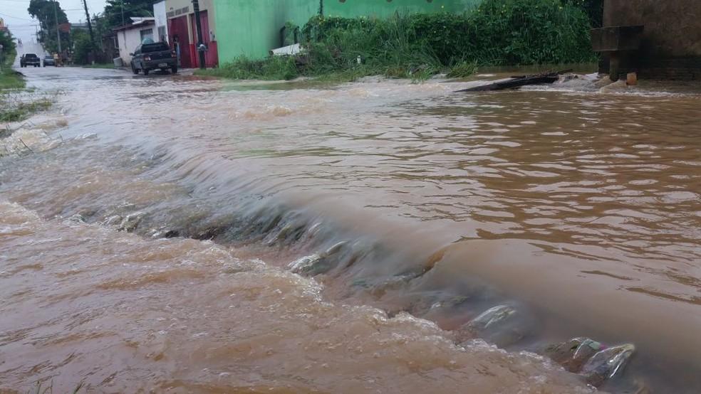 Rua Padre Cícero, no Bairro Conquista, também continua com casas inundadas (Foto: Lidson Almeida/Rede Amazônica Acre)